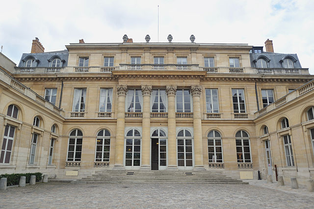 Picture of the facade of Hôtel du Châtelet in Paris