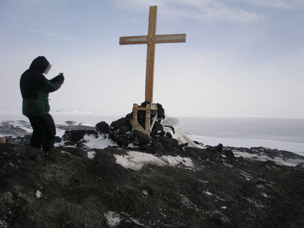 Memorial Cross at Cape Evans erected by the Ross Sea Party. Photo: Alan Light, CC BY